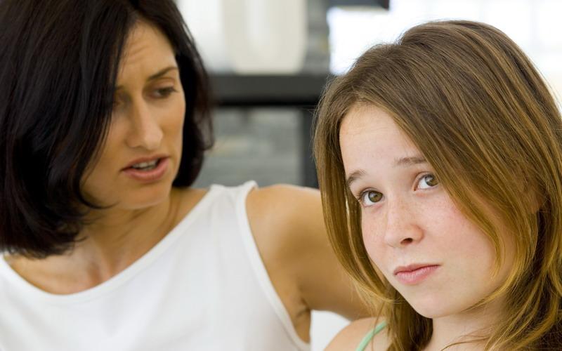 Moms, Tak Perlu Diberi Hukuman! Mendisiplinkan Remaja Cukup dengan Kasih Sayang