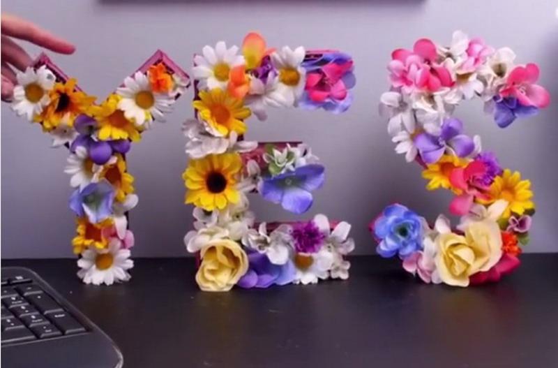 Cantiknya Meja Kerja dengan Hiasan Full Bunga seperti Ini