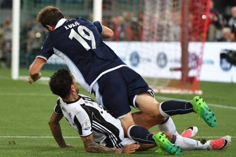 Lulic saat dapat hadangan dari Alves. (Foto: AFP/Andreas Solaro)