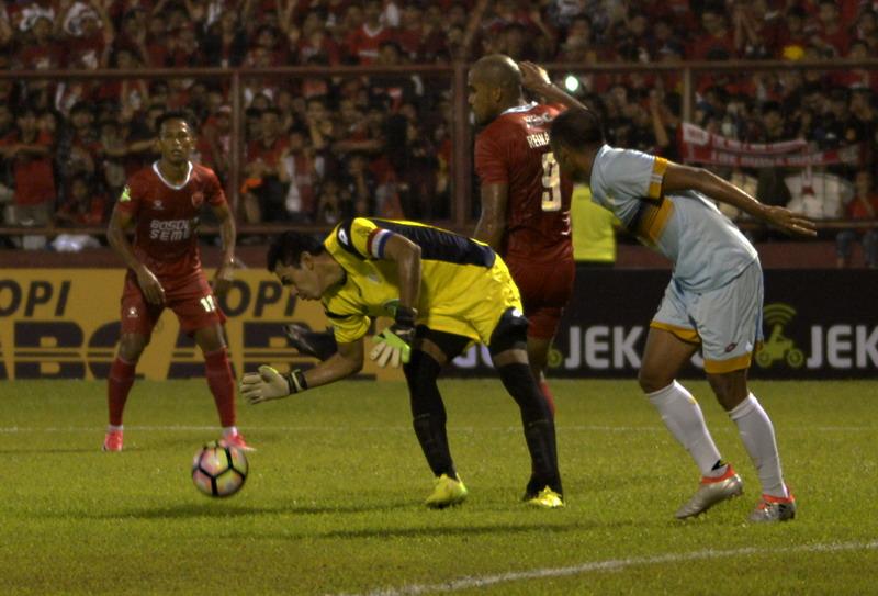 Reinaldo jadi ancaman pertahanan Sriwijaya FC. (Foto: ANTARA/Sahrul Manda Tikupadang)