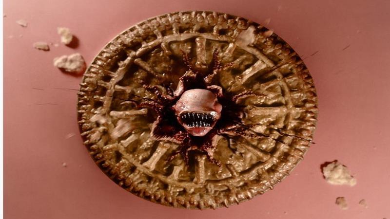 Hah, Wanita Ini Buat Pie Strawberry Berbentuk Alien!