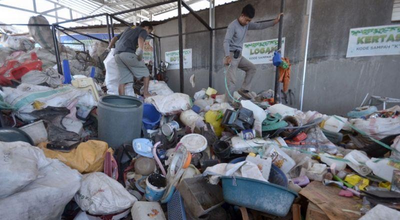 \INSPIRASI BISNIS: Telaten Rekatkan Barang Bekas, Remaja 19 Tahun Ini Banjir Pesanan Miniatur\