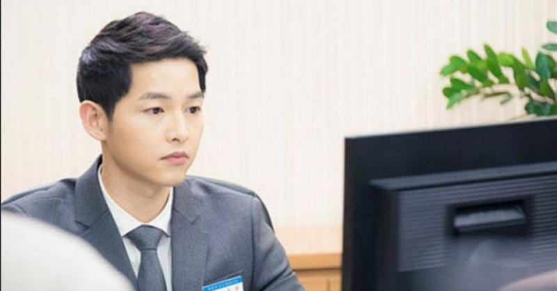 Song Joong Ki Jadi Karyawan Bank (Foto: Allkpop)