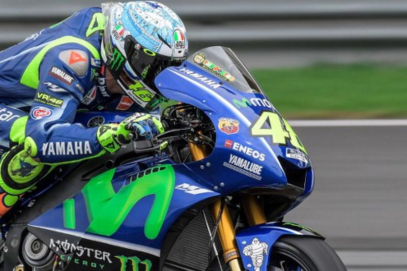 Valentino Rossi merasakan cuaca di Sirkuit Le Mans sangat dingin (Foto: AFP)