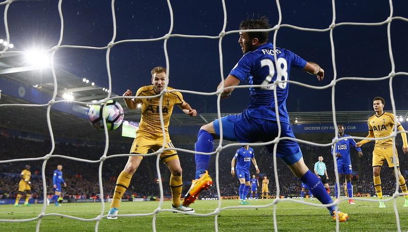 Kane saat bobol gawang Leicester. (Foto: REUTERS/Darren Staples)