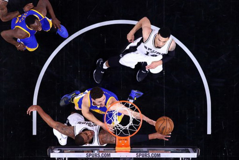 Golden State Warriors saat bertemu San Antonio Spurs di laga ketiga semifinal NBA 2016-2017 (Foto: Ronald Martinez/AFP)
