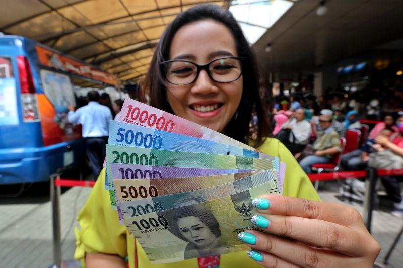 \   Rupiah Kembali Dipukul Dolar AS ke Rp13.311/USD   \