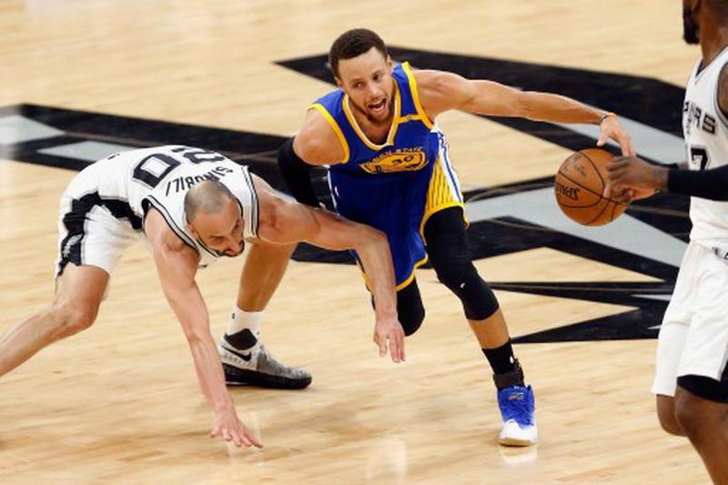 Golden State Warriors saat bertemu San Antonio Spurs di laga ketiga semifinal NBA 2016-2017 (Foto: Ronald Martinez/AFP)