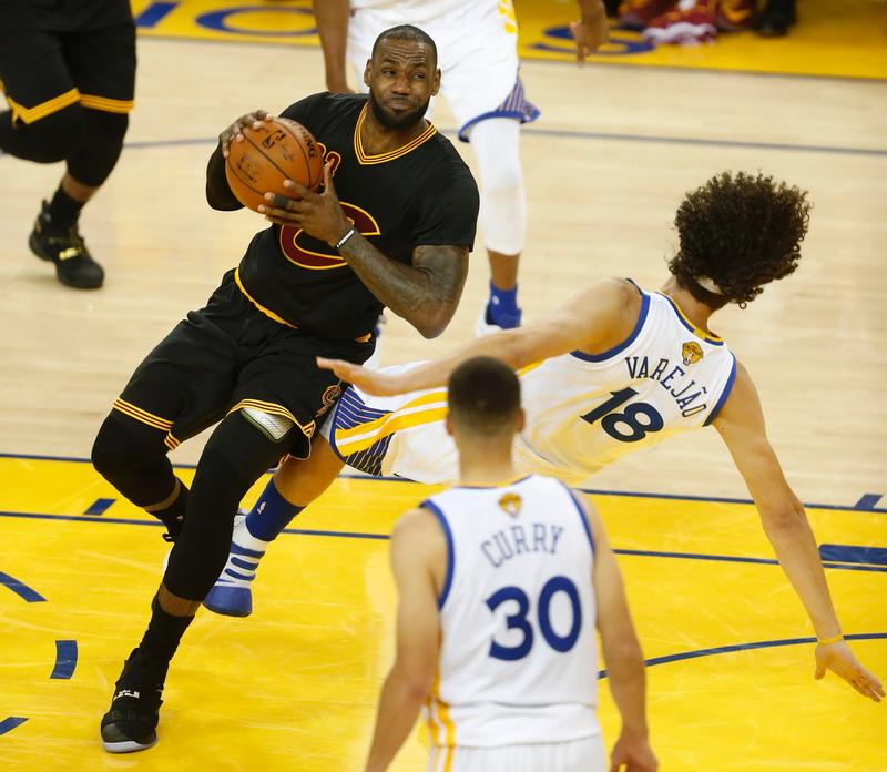 LeBron James saat tampil kontra GSW di NBA Finals 2016. (Foto: AFP)