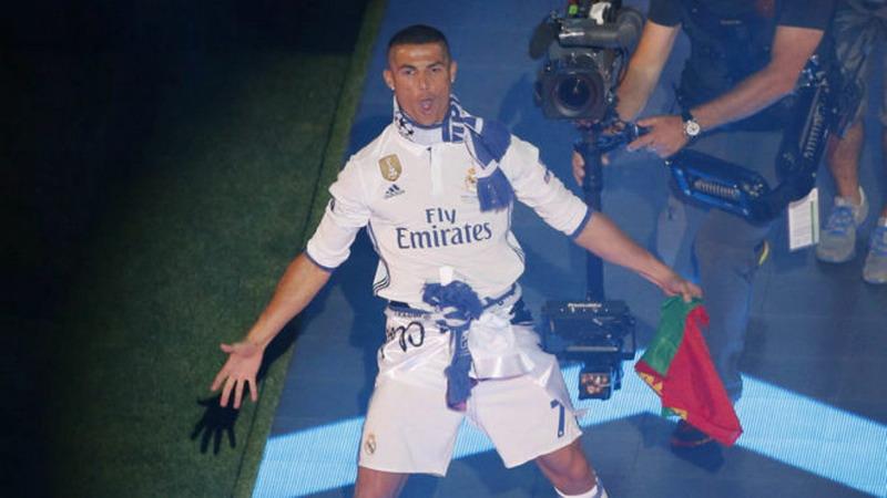 Ronaldo saat melakukan pesta juara di Bernabeu. (Foto: Marca English)