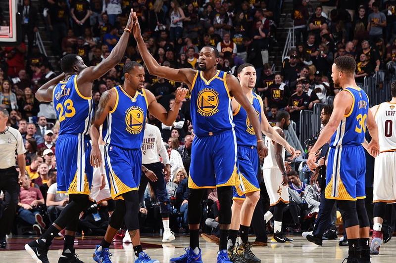 Pemain Warriors merayakan kemenangan ketiga di final NBA 2017 (Foto: Twitter @warriors)