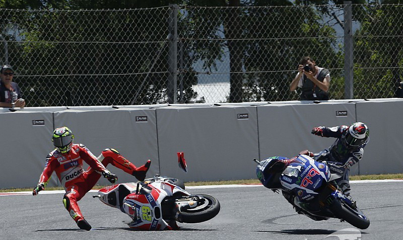 Momen saat Iannone tabrak motor Lorenzo. (Foto: Motorsport)