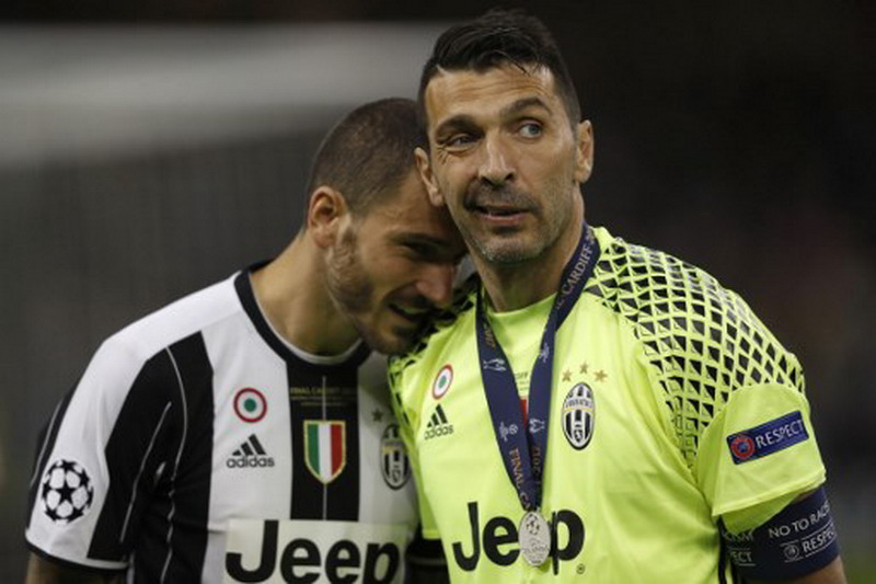 Buffon percaya Bonucci bertahan di Juventus. (Foto: AFP/Adrian Dennis)