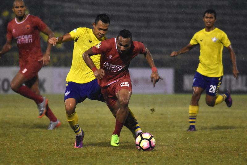 Titus Bonai berduka jelang PSM vs Borneo. (Foto: ANTARA/Risyal Hidayat)