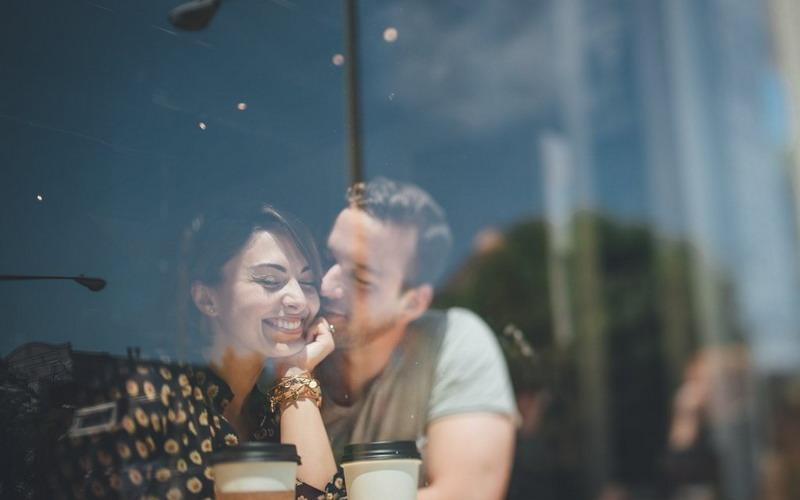 Bikin Istri Bahagia dengan Memeluknya sambil Berbisik Hal Kecil Ini! Pernikahan Dijamin Harmonis