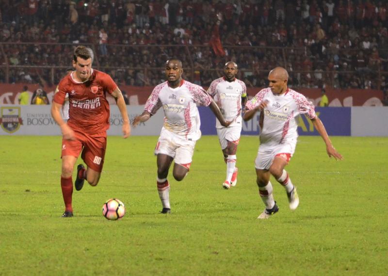 Pluim (kiri) pemain andalan PSM Makassar. (Foto: ANTARA/Sahrul Manda Tikupadang)