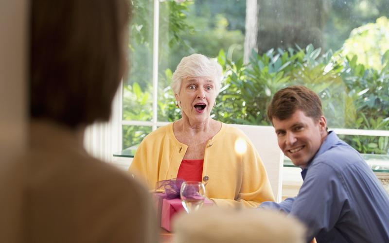 Beri Hadiah Lebaran untuk Mertua, Sebaiknya Beri Uang atau Barang?