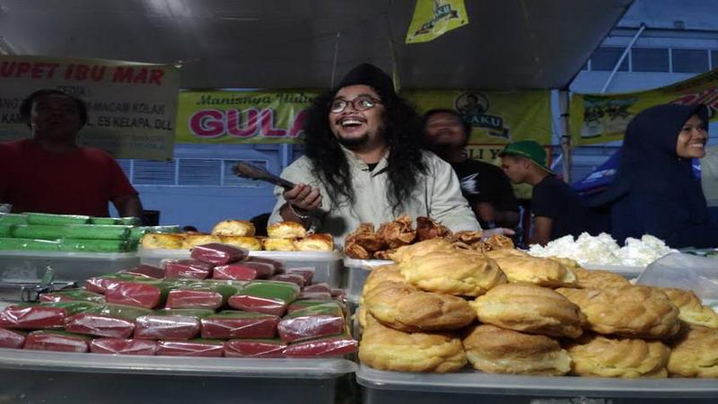 WALK & WOK: Kepoin Serunya Bang Kowel Berburu Takjil di Pasar Benhil