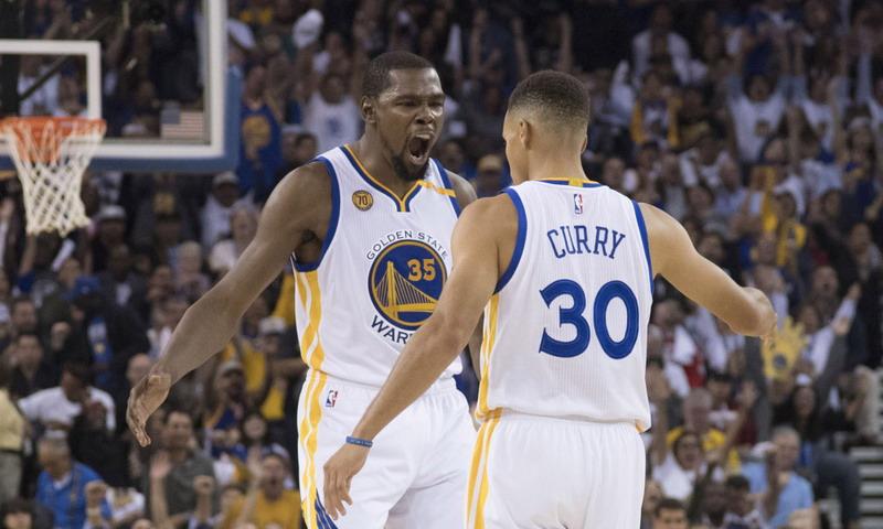 Kevin Durant (kiri) / foto: laman resmi NBA