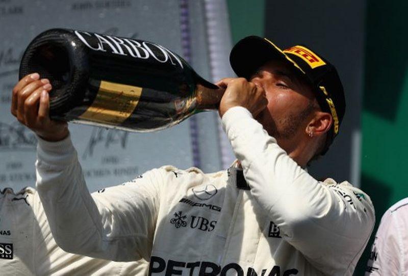 Pembalap Mercedes, Lewis Hamilton, usai memenangkan GP Kanada 2017 (Foto: AFP)