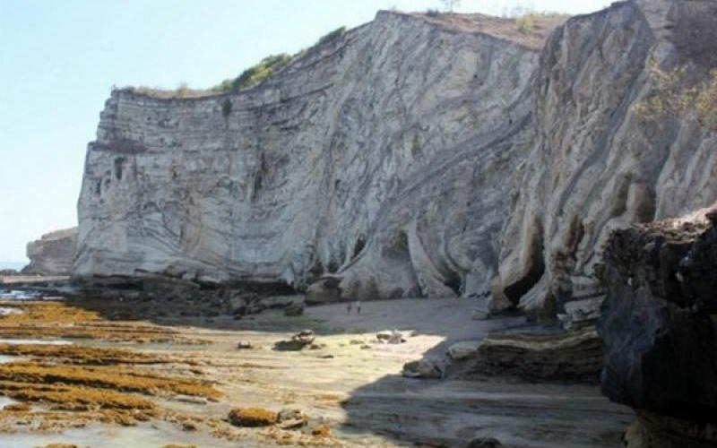 UNCOVER INDONESIA: Pantai Watu Parunu di NTT Dikelilingi Tebing Menjulang