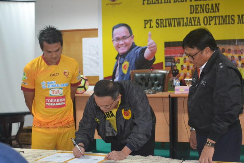 Bobby Satria (kiri) saat menandatangani perpanjangan kontrak dengan Sriwijaya FC. (Foto: Istimewa)