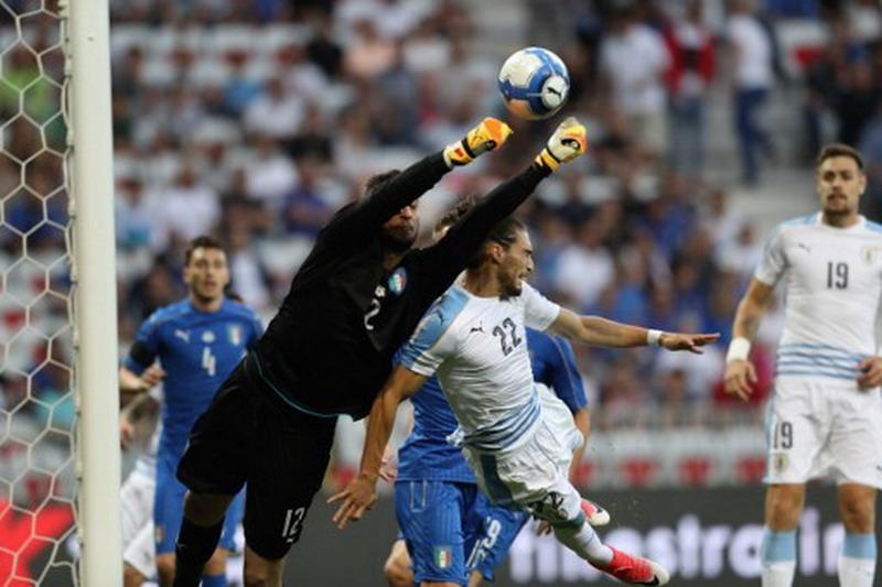 Donnarumma jadi starter saat Italia hadapi Uruguay. (Foto: AFP/Valery Hache))