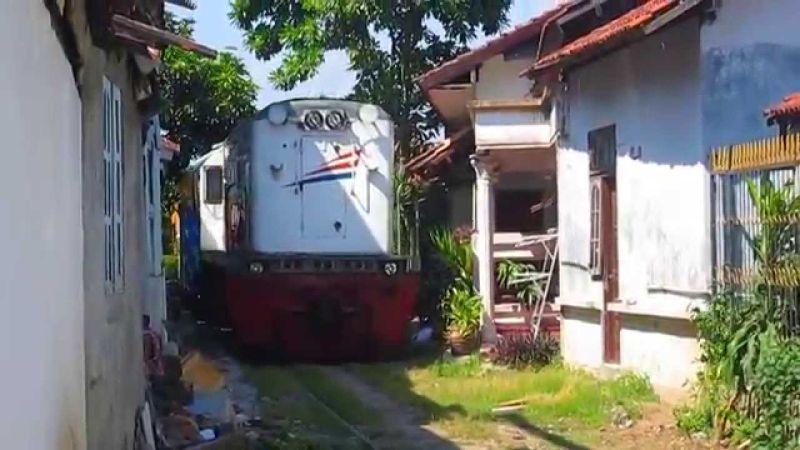 Bikin Dada Deg-degan, Ada Kereta Api Lewat di Halaman Rumah Warga