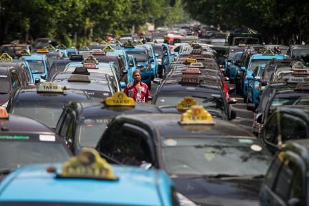 \Aturan Tarif Uber Cs Jadi Sentimen Positif? Emiten Taksi Masih Harus Sabar\
