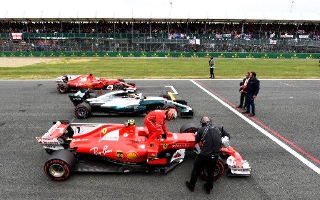 Tim Ferrari vs Mercedes (Foto: AFP)