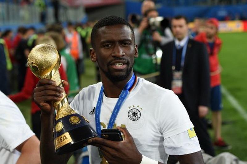 Rudiger saat mengangkat Piala Konfederasi 2017. (Foto: AFP/Patrik Stollarz)
