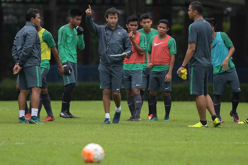 Luis Milla saat pimpin latihan Timnas Indonesia U-22. (Foto: ANTARA/Sigid Kurniawan)