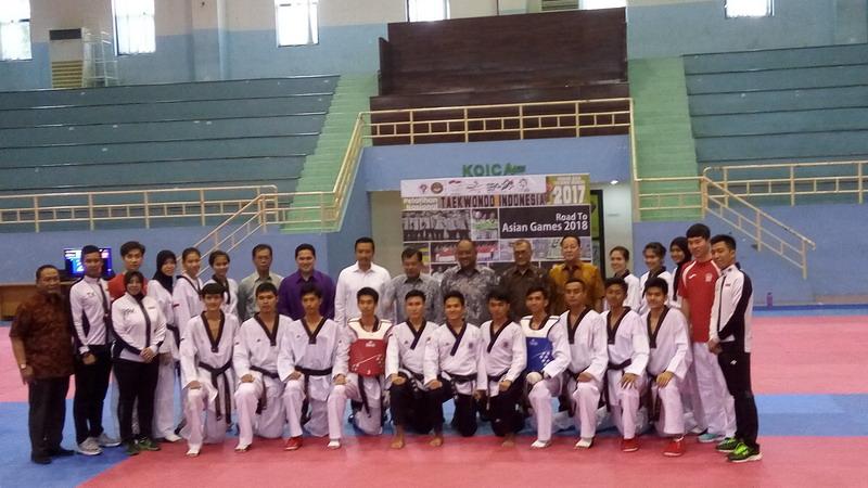 Wapres Jusuf Kalla bersama atlet taekwondo Indonesia. (Foto: Renni Lestari)