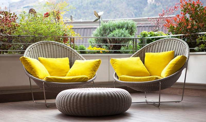 Mempercantik Balkon, Tentukan Temanya! Jangan Lupa Pilih Furnitur Cerah dan Beri Sedikit Tanaman