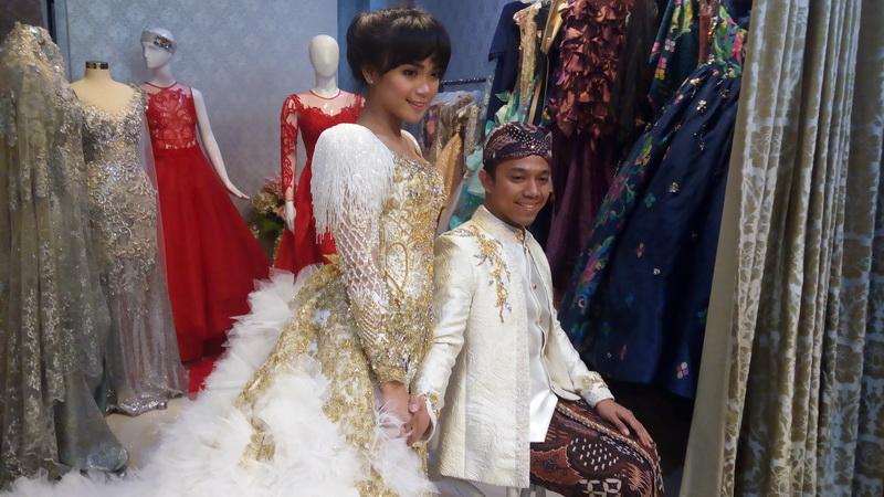 Sheza Idris dan calon suami (Foto: Rima/Okezone)