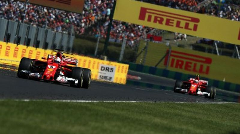 Sebastian Vettel dan Kimi Raikkonen (Foto: AFP)
