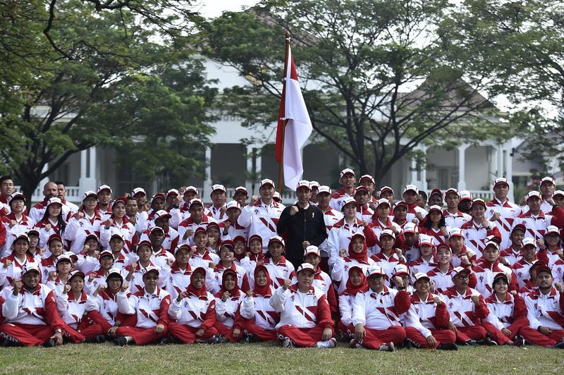 Presiden Jokowi saat melepas kontingen Indonesia. (Foto: ANTARA/Puspa Perwitasari)