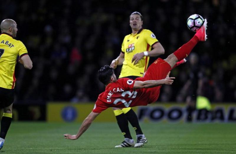 Emre Can saat bobol gawang Watford. (Foto: AFP/Adrian Dennis)