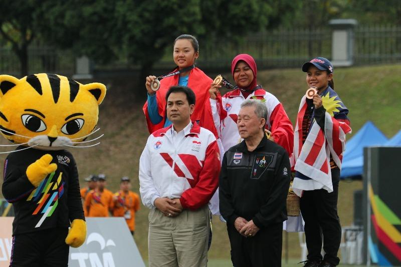 Sri Rahayu (tengah) mempersembahkan emas bagi Indonesia di SEA Games 2017. (foto: istimewa)