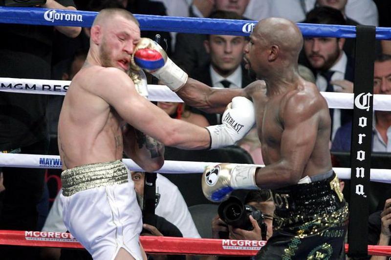 Mayweather saat mengalahkan McGregor. (Foto: AFP/John Gurzinski)