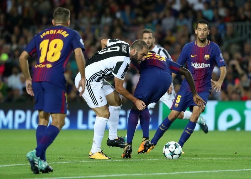 Gonzalo Higuain vs para pemain Barcelona (Foto: Susana Vera/Reuters)