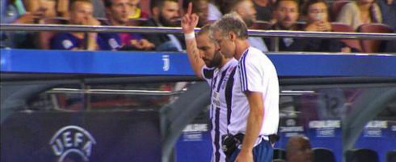 Higuain saat mengacungkan jari tengah. (Foto: Football Italia)