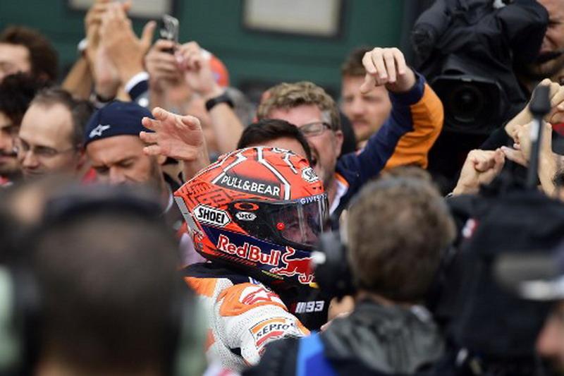Marquez dekat dengan kru Repsol Honda. (Foto: AFP/Marco Bertorello)