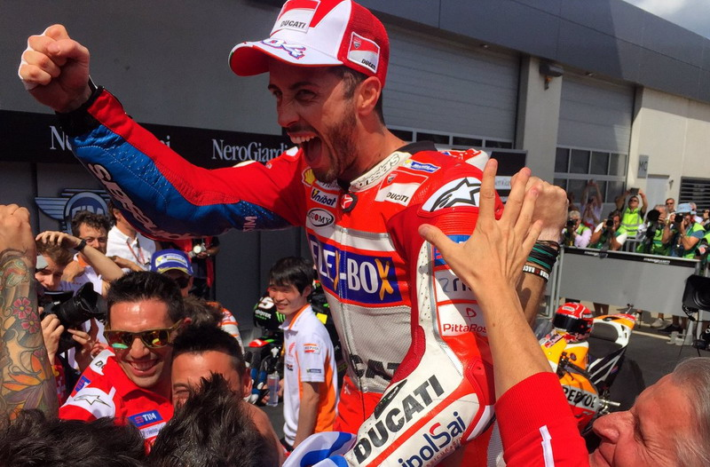 Andrea Dovizioso dan tim (Foto: Twitter @DucatiMotor)