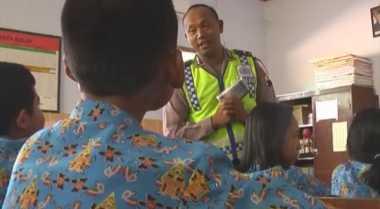 """Antisipasi Kecelakaan, Polisi Jadi """"Guru Dadakan"""" di SD"""