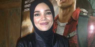 Dewi Sandra Luluhkan Hati Suami dengan Senyuman