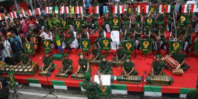 Orkestra Keren TNI di Karnaval Asia Afrika 2015
