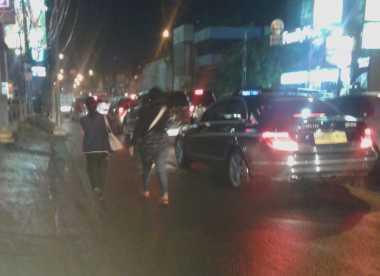 Macet Total, Warga Jalan Kaki dari Blok M ke Fatmawati