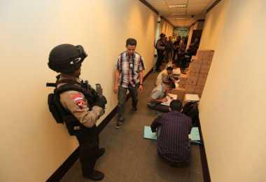 Polisi Bawa Tiga Boks Besar Dokumen dari Kantor SKK Migas