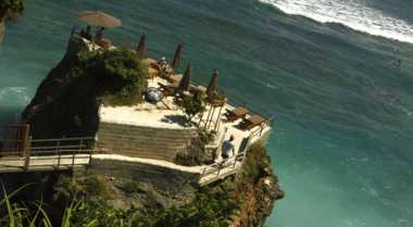 Sejuta Keseruan di Pantai Suluban Bali